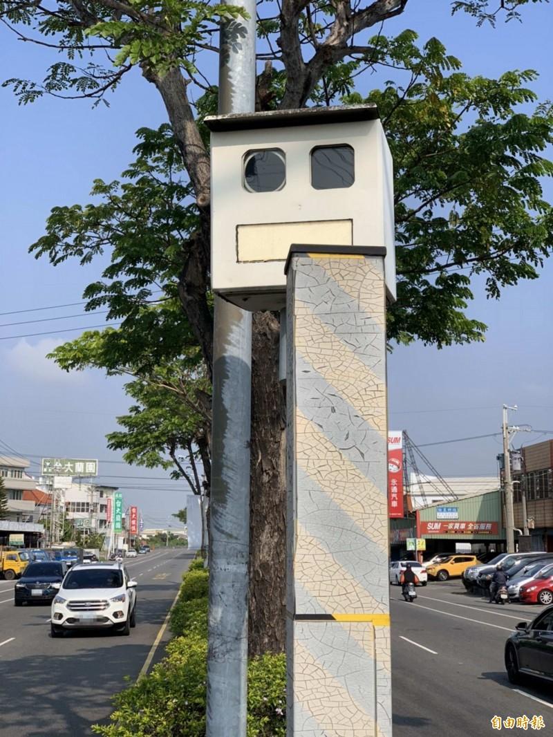 大村鄉省道台一線201.4公里的固定式測速照相桿,仍維持朝南向拍照。(記者湯世名攝)
