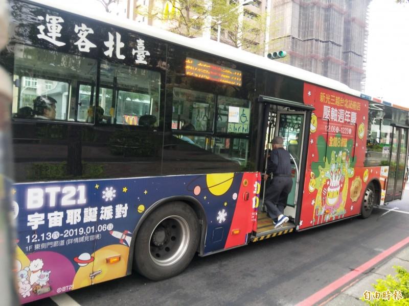 春節期間,新北市市區公車將比照例假日班次行駛。(記者何玉華攝)