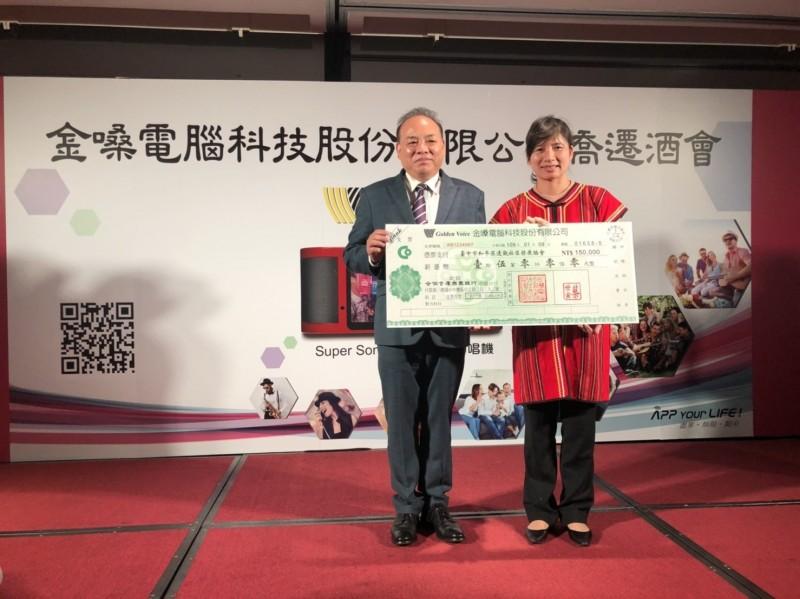 蔡世寅(左)將親友祝賀花藍等費用化為愛心捐款,贊助林依瑩(右)推動的「伯拉罕原鄉長照計畫」。(林依瑩提供)
