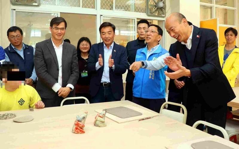 韓國瑜鼓勵身障藝術創作。(記者黃旭磊攝)