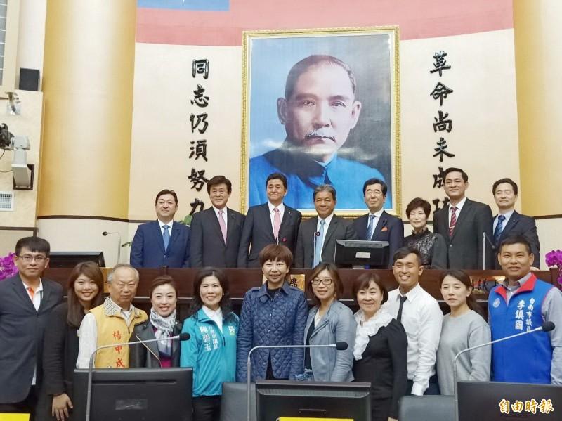 日本眾議員岸信夫(後排左三)造訪台南,適逢南市議會召開臨時會期間,岸信夫特地至議事廳觀摩與合影留念。(記者王姝琇攝)