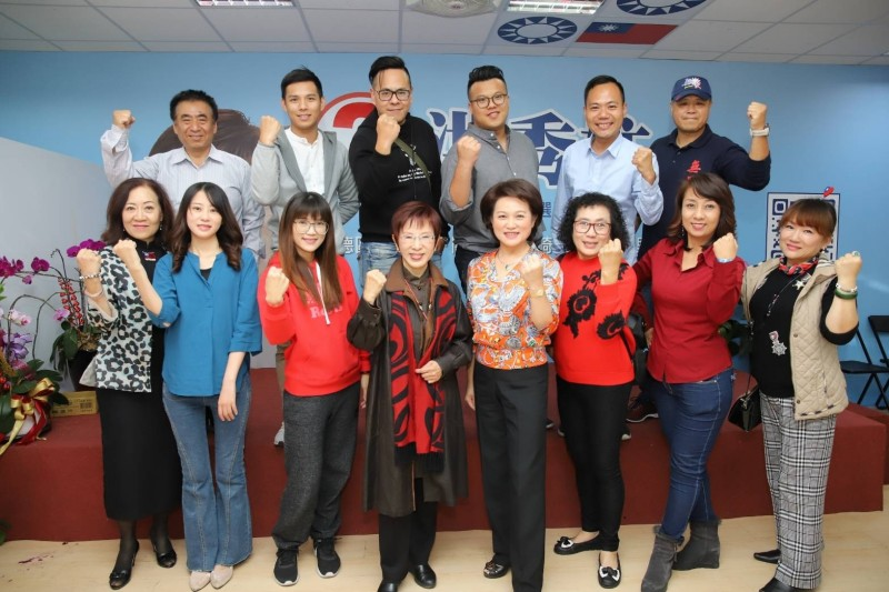 洪秀柱(前排左四)宣示台南服務處不打烊、KMT中常會要改變。(記者王俊忠翻攝)