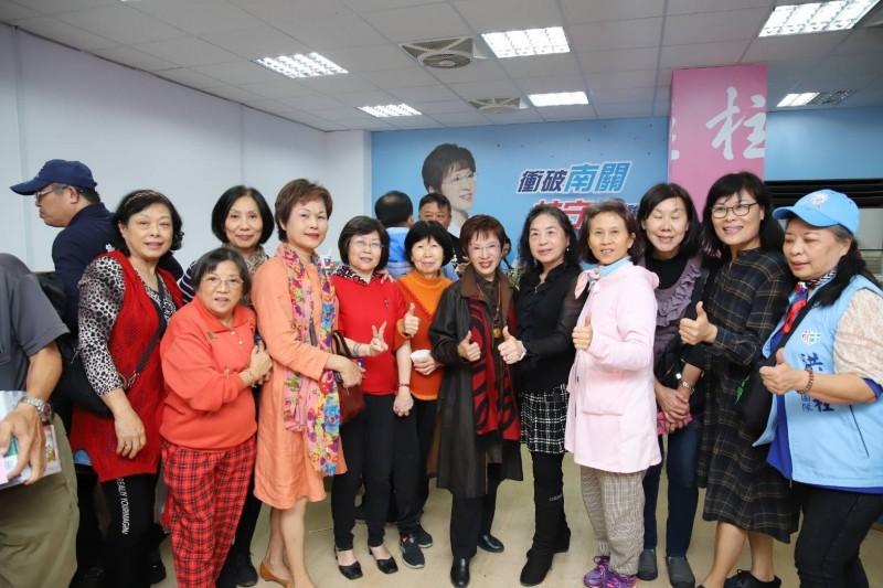 洪秀柱今晚在台南市東區競選總部舉行感恩茶會,感謝選戰過程一路幫助她的伙伴們。(記者王俊忠翻攝)