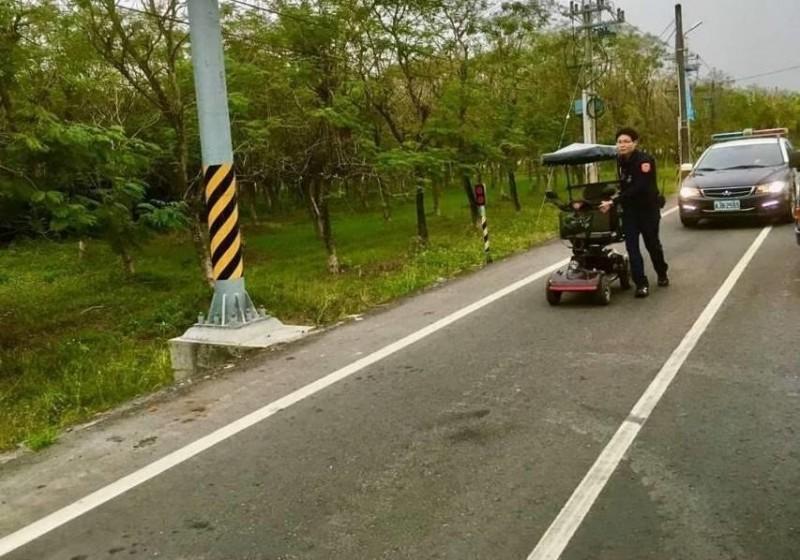 警方推著老翁的電動代步車到加油站充電。(記者陳彥廷翻攝)