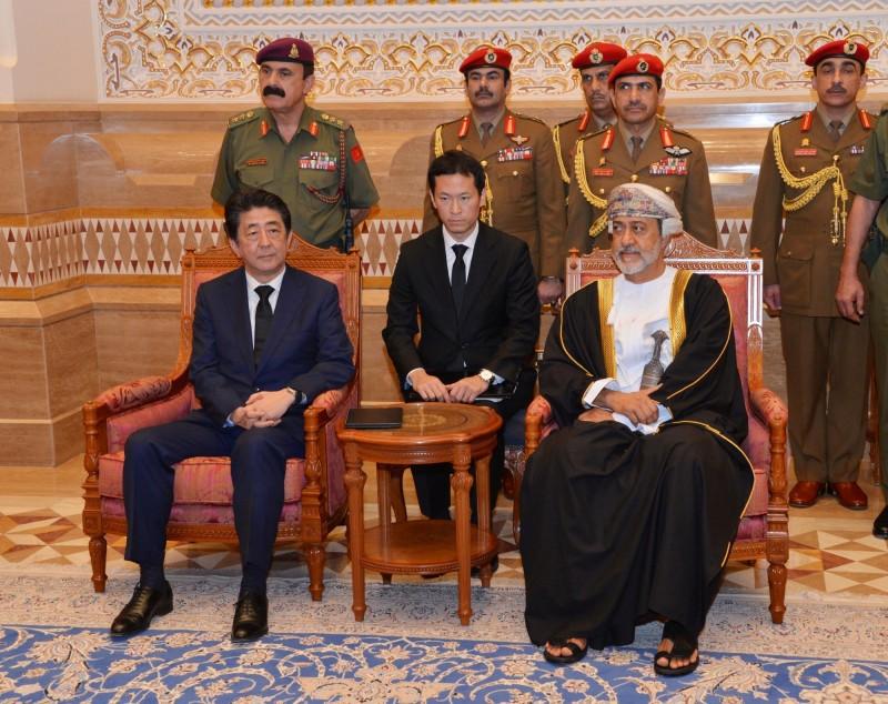 日本首相安倍晉三(左)14日抵達馬斯開特,並與阿曼新任國王海賽姆蘇丹(右)會晤。(路透)