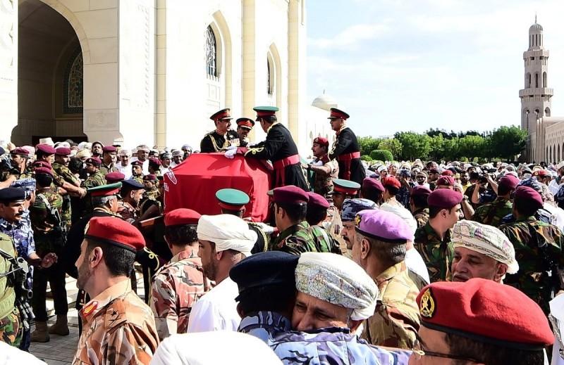 已故阿曼前國王喀布斯蘇丹的棺木11日運抵馬斯開特的喀布斯蘇丹大清真寺,進行祈禱會。(路透)