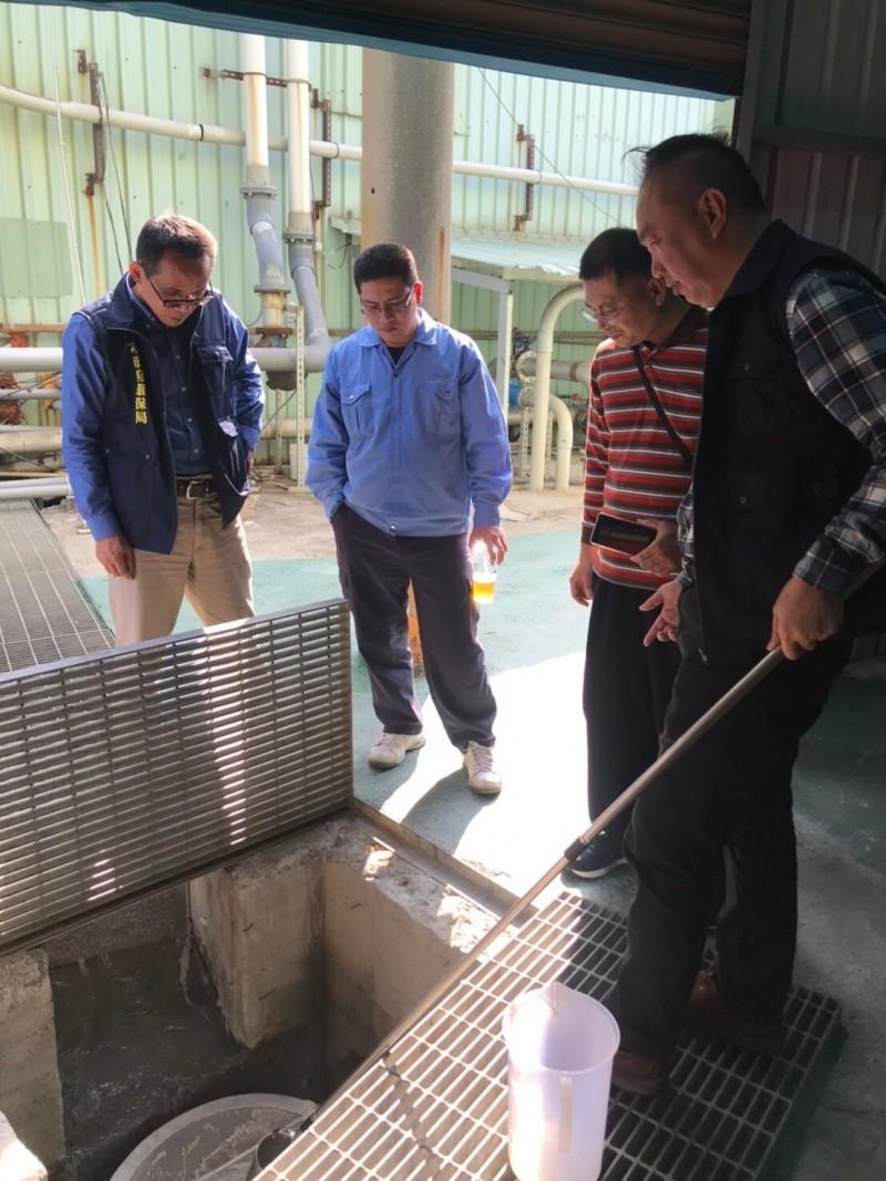 環保局查獲紡織工廠偷排廢水。(記者陳文嬋翻攝)