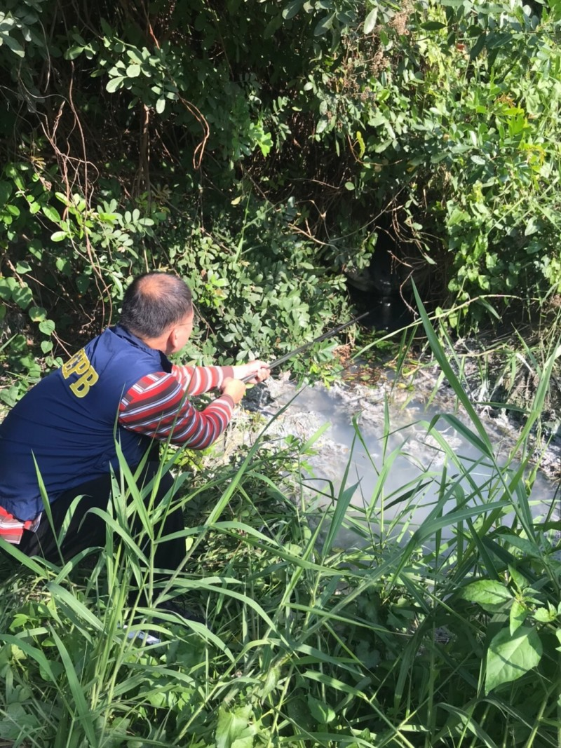 環保局鼓勵民眾踴躍檢舉偷排廢水。(記者陳文嬋翻攝)