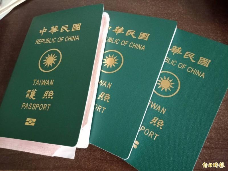 林宜敬說,如果每當邦交國減少一個,REPUBLIC OF CHINA的字體就按比例縮小一次,民進黨、國民黨、共產黨應該都沒有理由反對。圖為台灣護照。(資料照)