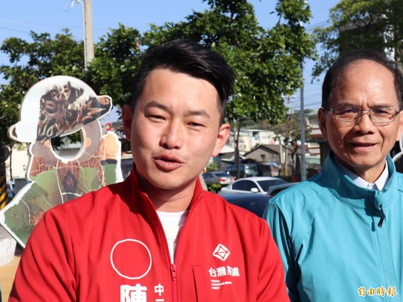 台灣基進立委當選人陳柏惟(左)表示,沒人知道韓國瑜的道歉是否真心,「韓國瑜的話能信,很多東西都可以吃」。(資料照)