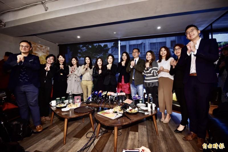 于美人(中)今14日邀請2020大選各陣營發言人茶敘,並呼籲選舉已落幕,希望社會恢復和諧,群眾別再相互言語攻訐,讓台灣更美好。(記者塗建榮攝)