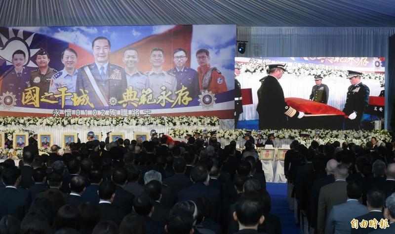 慰靈禮由國防部長嚴德發、國防大學校長王信龍上將等將官爲沈一鳴在靈柩覆蓋國旗。(記者廖振輝攝)