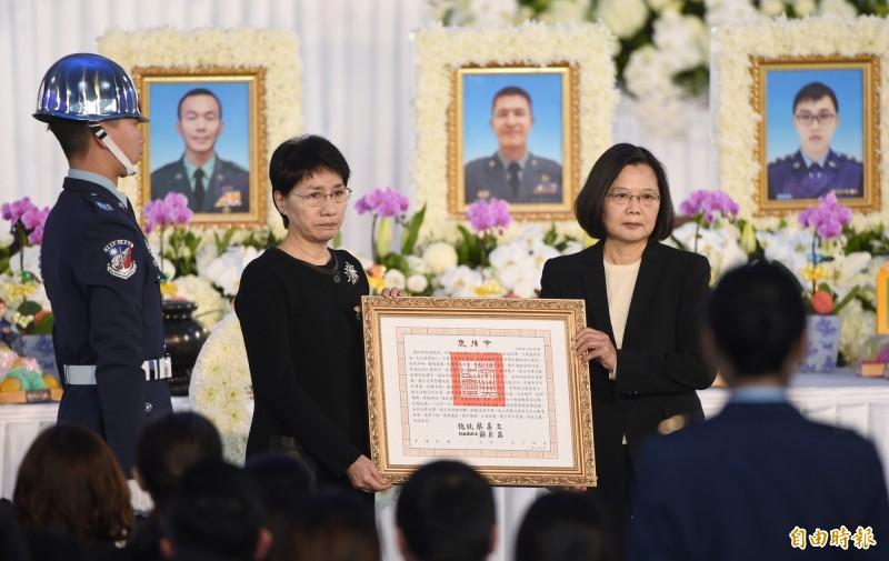 總統蔡英文(右)在聯合公奠典禮中頒授獎章、追晉官階及頒贈褒揚令給將士家屬。圖左為參謀總長沈一鳴夫人。(記者劉信德攝)