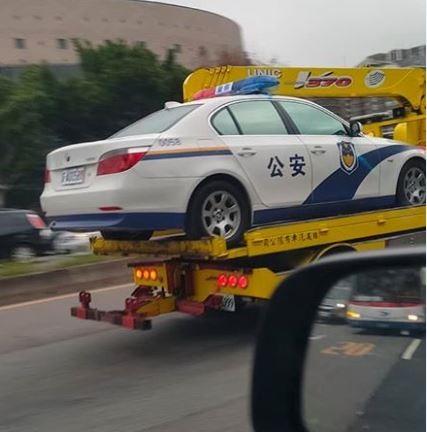 BMW警車車身還有「公安」的字樣,網友認為應是道具車。(圖片擷取自爆料公社)