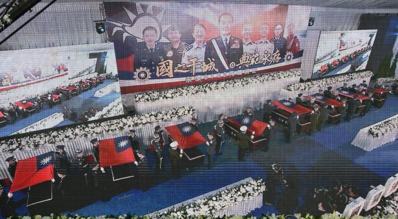 慰靈禮由國防部長嚴德發、國防大學校長王信龍上將等將官爲沈一鳴在靈柩覆蓋國旗。(翻攝現場螢幕)