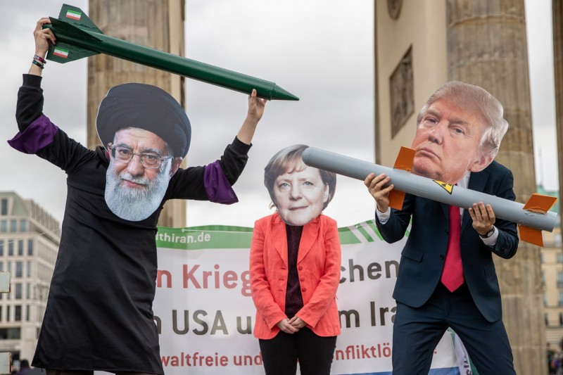 英、法、德等歐洲強國今(14)日宣布,將啟動2015年《伊朗核協議》中的糾紛調解機制,限期各締約方15日內達成共識。圖為反戰團體抗議美伊以飛彈互相威脅。(歐新社)