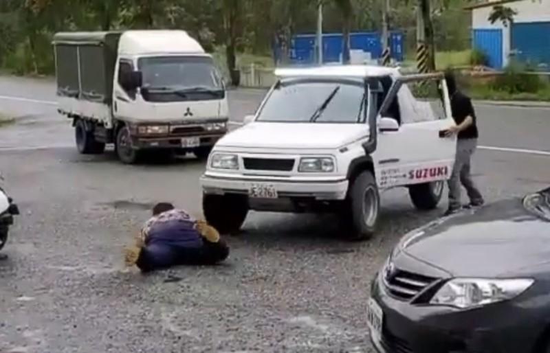 近期一段花蓮搶匪「仆街」影片瘋傳,原來苦主是現役員警,搏命演出只為加強民眾防搶意識。(圖取自臉書 NPA署長室)