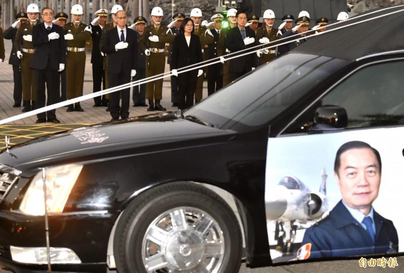 故參謀總長沈一鳴一級上將等8位將士殉職,國防部今日在空軍松指部進行公祭。圖為總統蔡英文昨13日於國防部大門向「黑鷹殉職將士移柩」車隊致敬。(資料照)