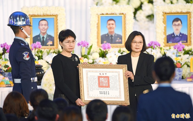 President Tsai Ing-wen, right, yesterday presents a letter of commendation to the widow of late chief of the general staff general Shen Yi-ming at a memorial service for Shen and seven other officers at Songshan Air Force Base in Taipei.   Photo: Liu Hsin-de, Taipei Times