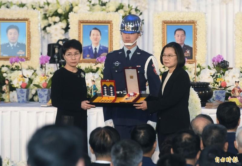總統蔡英文(右)在聯合公奠典禮中頒授獎章、追晉官階及頒贈褒揚令給將士家屬。圖左為參謀總長沈一鳴夫人。(記者廖振輝攝)