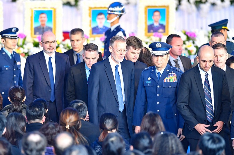 American Institute in Taiwan Director Brent Christensen, center, yesterday attends the memorial service for late chief of the general staff general Shen Yi-ming and seven other officers at Songshan Air Force Base in Taipei.   Photo: CNA