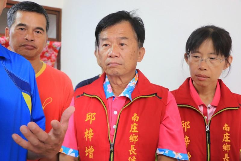 南庄鄉長邱梓增(中)對於二審判決大感訝異,他說,收到判決書後將再採取下一步動作。(翻攝資料照)