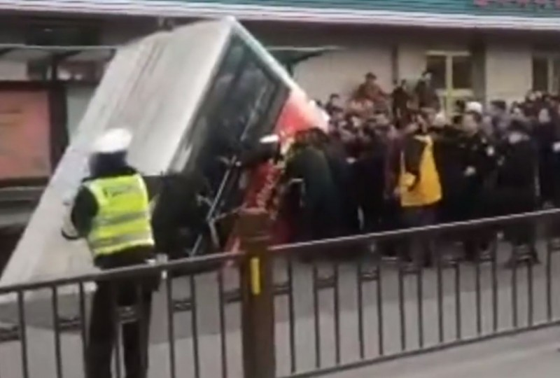 中國青海省西寧市城中區南大街長城醫院門前昨日下午5時許,驚傳路面坍塌,一輛公車直接栽下去,只剩車屁股外露,最新消息指出,已陸續找到6具遺體。(圖翻攝自網路影片)