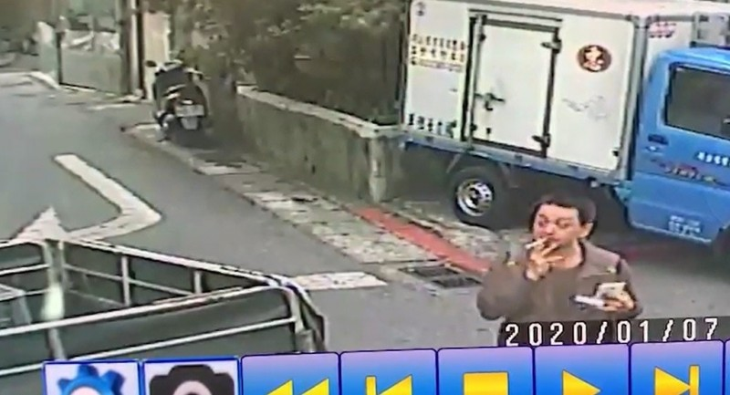 監視器錄到兇嫌林國平7日下午於租屋處外抽菸。(資料照,記者王冠仁翻攝)