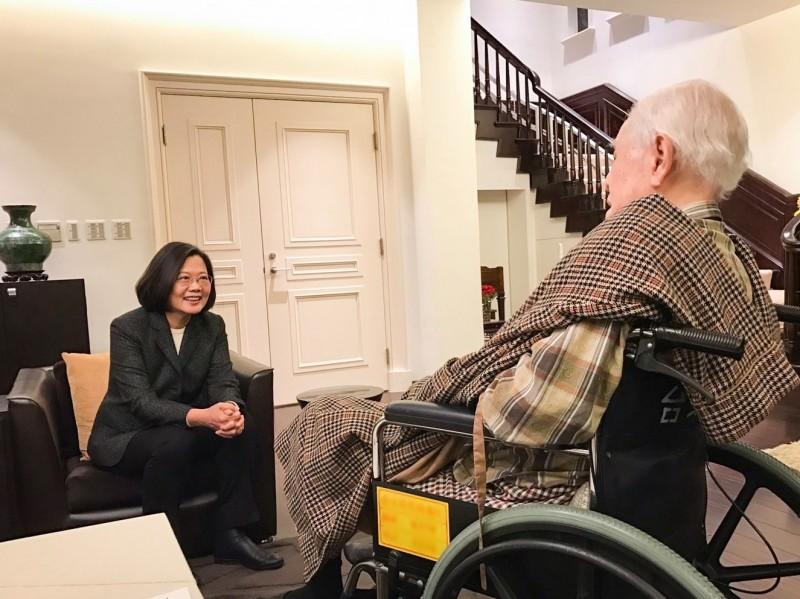 總統蔡英文今下午與總統府祕書長陳菊前往翠山莊前總統李登輝家中拜訪,為明天過98歲生日的李登輝提前祝壽。(圖擷自蔡英文臉書)