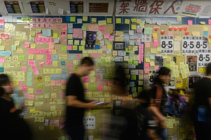 香港一名中年男子去年8月在撕毀連儂牆上文宣時,再持槌襲擊一名試圖勸阻的年輕黑衣人。加害人今在法庭承認犯案,法院裁定將判處監禁。判案法官徐綺薇表示,不應因政治觀念不同,而傷害意見不同的人。圖為連儂牆,非當事人。(法新社)