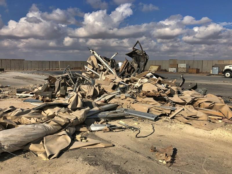 美軍開始清理瓦礫與金屬碎片。(美聯社)