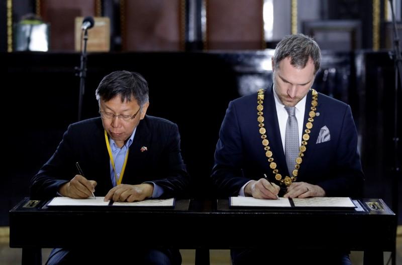 台北市長柯文哲與布拉格市長賀瑞普在市政廳簽署姊妹市協議。(路透)