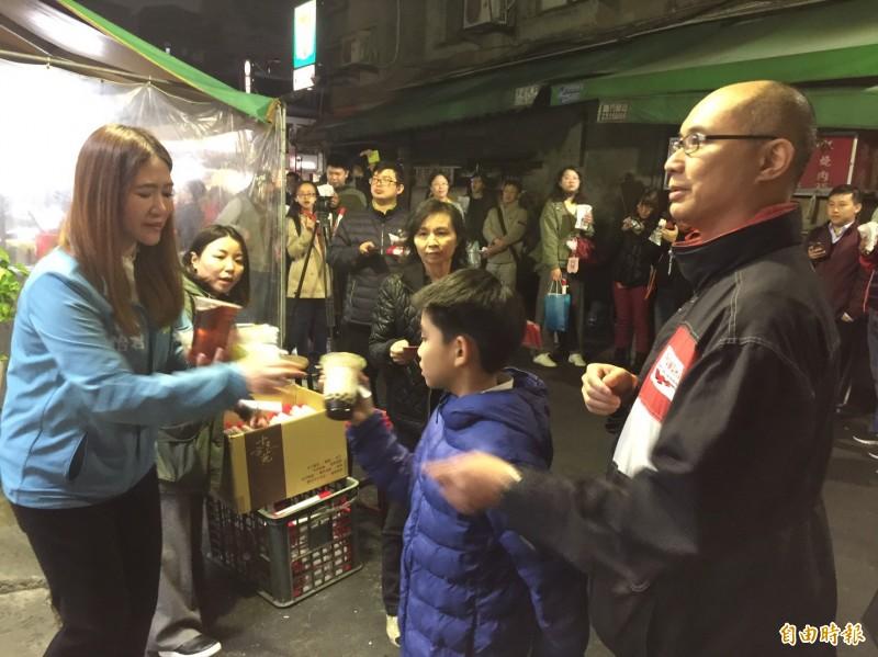 台北市議員(左)陳怡君今晚幫網路紅人「小商人」發雞排、珍珠奶茶,吸引數以百計的民眾排隊。(記者陳璟民攝)