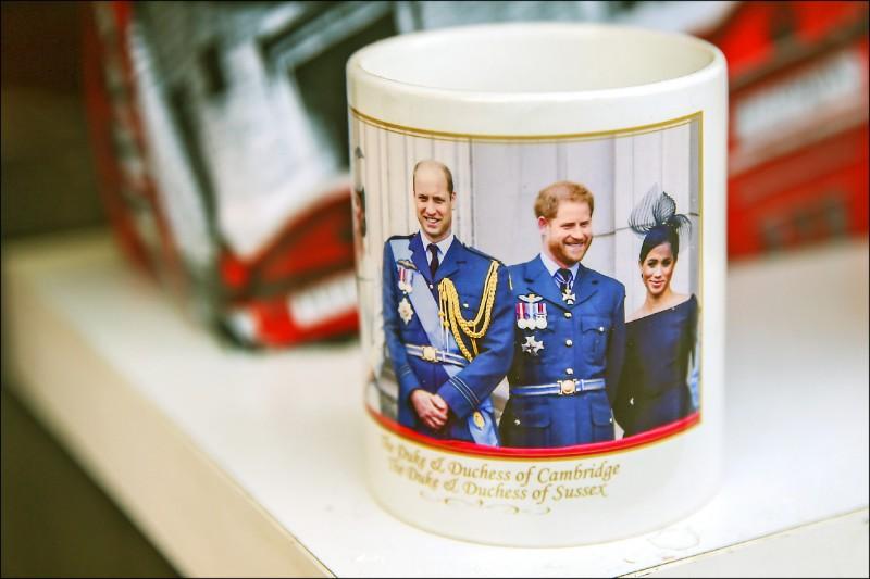 倫敦商店販售的王室紀念品馬克杯。(彭博)