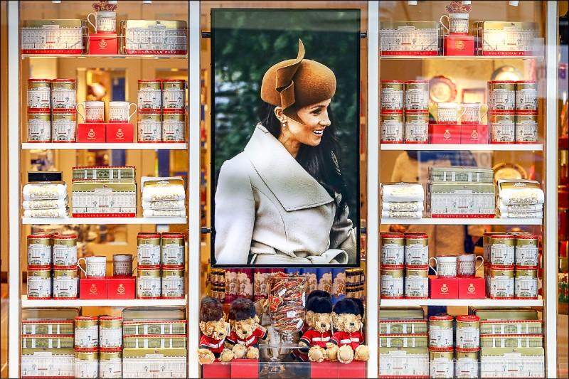 倫敦的白金漢宮紀念品商店,設有薩塞克斯公爵夫人梅根專區。(彭博)