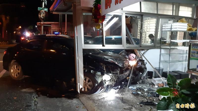 這輛轎車14日深夜在台東市綠色隧道旁巷口衝撞民宅釀禍。(記者黃明堂攝)