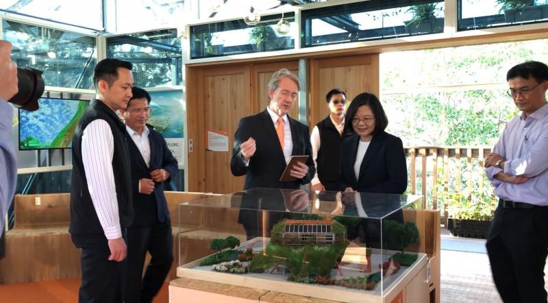 荷蘭駐台辦事處發文恭喜蔡總統連任,並附上蔡總統去年於花博期間參觀荷蘭館,與荷蘭駐台代表紀維德的合影資料照。(取自荷蘭辦事處臉書)