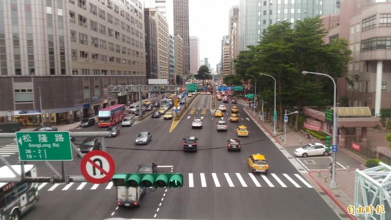 因應春節辦年貨、返鄉人車潮,台北市交通管制工程處提醒用路人避開車多路段。(記者蔡亞樺攝)