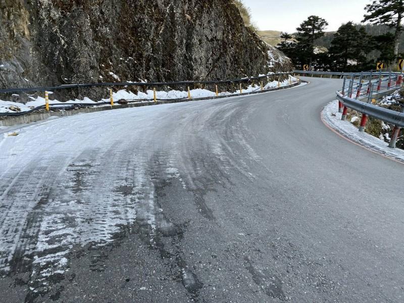 合歡山仍有多個路段結冰,其中兩個路段須加掛雪鏈。(仁愛警方提供)