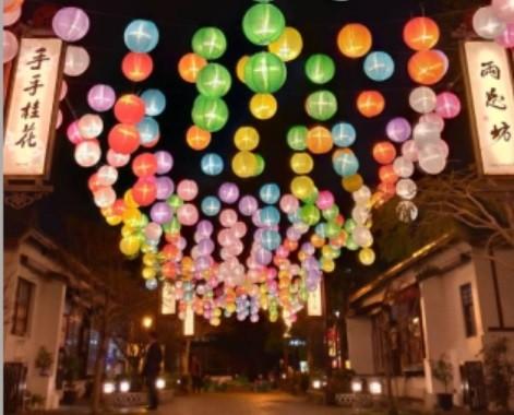 鹿港藝術村的「糖果燈籠海」提早試燈,想要避開春節檔期的人擠人,就要提早來打卡。(手手桂花提供)