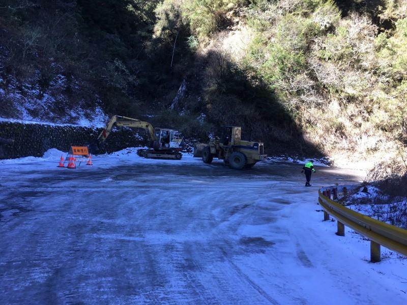 合歡山域因連日低溫導致路面結冰,台14甲線39公里處、落鷹山莊下坡路段,因位處背陽面,路面融冰未退,今導致逾50輛車打滑。(新城警分局提供)