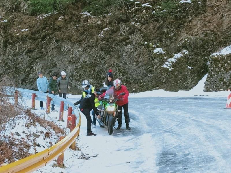 今天不少車輛在合歡山域未融冰路段打滑受困,出動警分救援。(新城警分局提供)