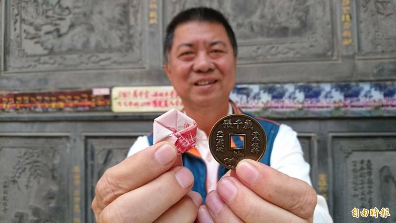 擔任西港慶安宮總幹事的南市議員方一峰展示鼠年慶安宮歲錢。(記者楊金城攝)