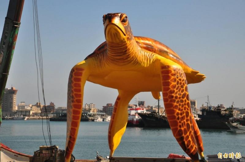 海龜意象體型龐大,在岸邊使用吊車吊起船運。(記者劉禹慶攝)