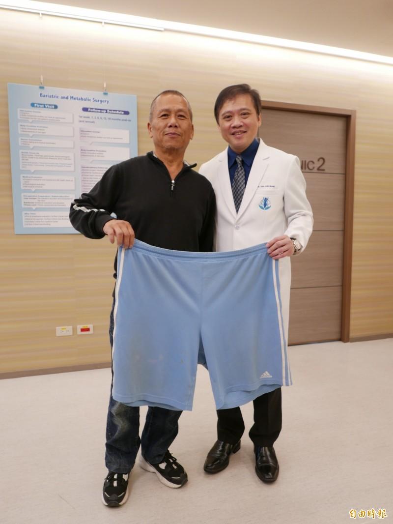 李先生近百公斤,醫師黃致錕為他進行胃縮小切除手術,1年後減重30公斤,以前要穿3XL褲子,現在身材適中,肝指數也正常。(記者蔡淑媛攝)