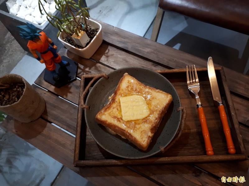 比特甜內的「厚牛油西多士」極簡點心,有來自香港的厚奶油,搭配新竹市在地的吐司和花生醬,是女性首選,吃起來不甜膩,鹹奶油的味道和花生醬,就像人生的味道般。(記者洪美秀攝)