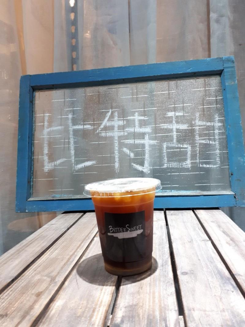 比特甜店內的美式咖啡,都是現磨豆現手壓的特調咖啡,且有荔枝或藍莓或草莓,摩卡等味道。(記者洪美秀攝)