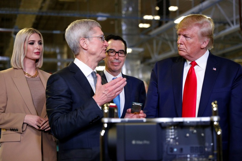 美國總統川普(右一)與蘋果執行長庫克(左二)。(路透)