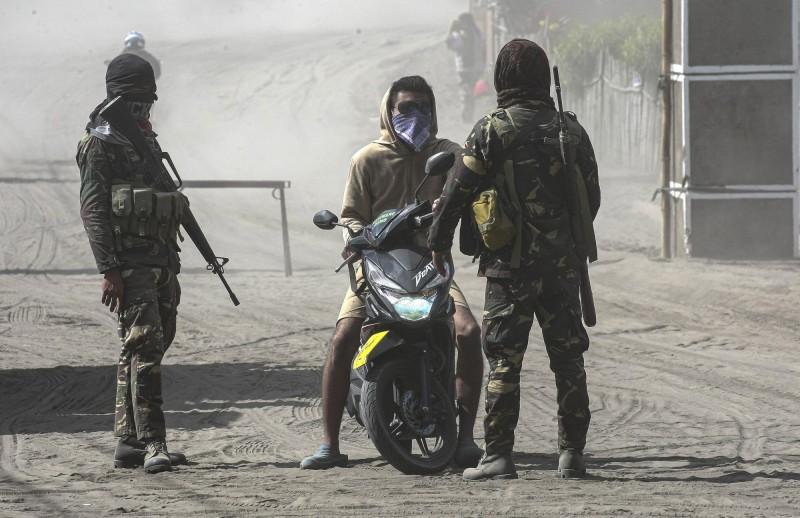 菲律賓塔爾火山噴發,當局已對週邊進行封鎖。(美聯)