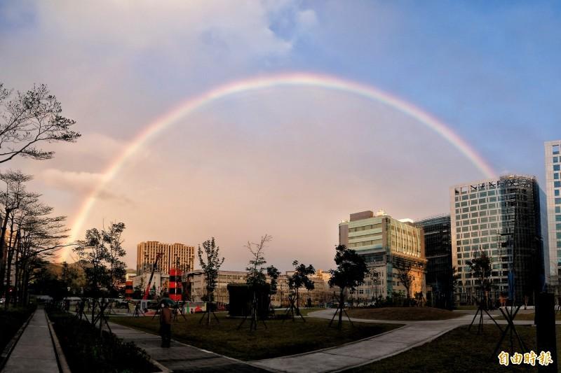 台北市下午4點40分許出現巨大彩虹,讓不少民眾感到相當美麗。(記者鹿俊為攝)